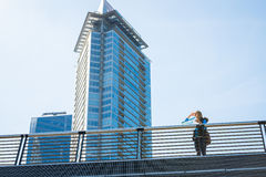 Mädchen mit einer Karte in der Stadt lizenzfreies stockfoto