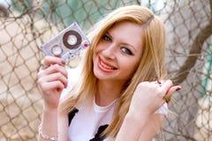 Mädchen mit einer Kassette in der Hand Stockfotos