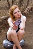 Mädchen mit einer Kassette und einem Tonbandgerät draußen Stockfotos