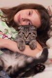 Mädchen mit einer Katze lizenzfreie stockfotografie