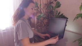 Mädchen mit einer Kreditkarte im Laptop stock footage
