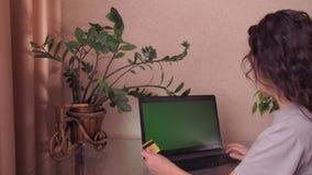 Mädchen mit einer Kreditkarte im Laptop stock video footage