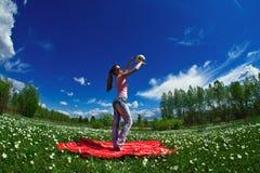 Mädchen mit einer Kugel der weißen Blumen lizenzfreie stockfotos