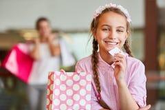 Mädchen mit einer Loyalitätskarte stockbilder