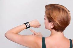 Mädchen mit einer modernes Internet-intelligenten Uhr auf grauem Hintergrund stock abbildung