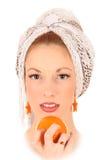 Mädchen mit einer Orange Lizenzfreie Stockfotos