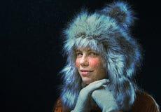 Mädchen mit einer Pelzmütze Lizenzfreie Stockbilder