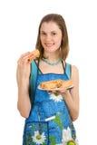 Mädchen mit einer Platte der Pfannkuchen. Getrennt auf Weiß. Lizenzfreies Stockfoto