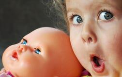 Mädchen mit einer Puppe Lizenzfreie Stockfotografie