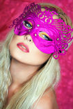 Mädchen mit einer rosa Maske Lizenzfreie Stockbilder