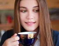 Mädchen mit einer Schale des Getränks stockfotos