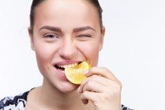 Mädchen mit einer Scheibe der Zitrone Stockfotos