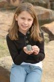 Mädchen mit einer Schildkröte lizenzfreies stockfoto