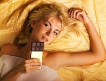 Mädchen mit einer Schokolade Stockbild