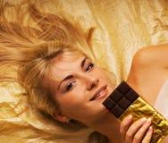 Mädchen mit einer Schokolade Lizenzfreie Stockfotografie