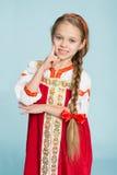 Mädchen mit einer Sense im russischen Volkskostüm Stockbild