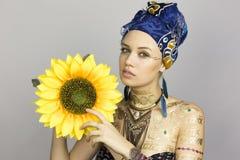 Mädchen mit einer Sonnenblume Lizenzfreies Stockbild