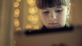Mädchen mit einer Tablette stock video