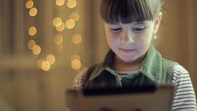 Mädchen mit einer Tablette stock footage