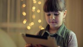 Mädchen mit einer Tablette stock video footage