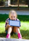 Mädchen mit einer Tablette in den Händen Lizenzfreies Stockbild