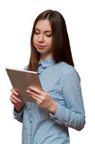 Mädchen mit einer Tablette in der Hand Lizenzfreie Stockfotos