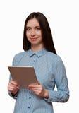 Mädchen mit einer Tablette in der Hand lächelnd Stockfoto