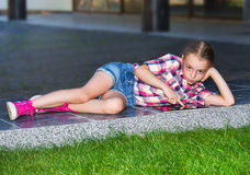 Mädchen mit einer Tablette im Park Lizenzfreie Stockfotografie