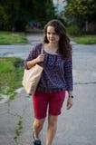 Mädchen mit einer Tasche Stockfotos