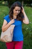 Mädchen mit einer Tasche Stockfotografie
