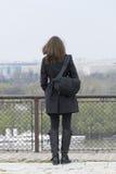 Mädchen mit einer Tasche nahe dem Zaun Stockfotos