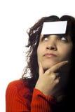 Mädchen mit einer unbelegten Karte auf ihrer Stirn Lizenzfreie Stockbilder