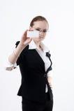 Mädchen mit einer Visitenkarte Lizenzfreies Stockbild