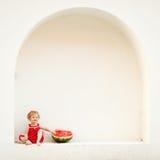 Mädchen mit einer Wassermelone Lizenzfreie Stockfotos