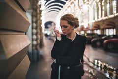 Mädchen mit einer Zigarette in seiner Hand gegen Lizenzfreie Stockfotos