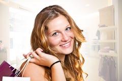 Mädchen mit Einkaufenbeuteln Lizenzfreie Stockbilder