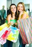 Mädchen mit Einkaufenbeuteln Stockfoto