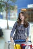 Mädchen mit Einkaufstasche Lizenzfreie Stockbilder