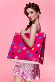 Mädchen mit Einkaufstasche Stockbild