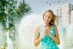 Mädchen mit Eiscreme Lizenzfreie Stockfotos