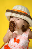 Mädchen mit Eiscreme Stockfotos