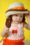 Mädchen mit Eiscreme Stockbild
