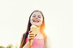 Mädchen mit Eiscreme Lizenzfreies Stockbild