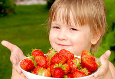 Mädchen mit Erdbeere stockbild