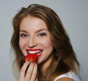 Mädchen mit Erdbeeren Lizenzfreies Stockbild