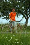 Mädchen mit Fahrrad im Land Stockbilder