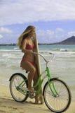 Mädchen mit Fahrrad und Surfbrett Stockfoto