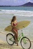 Mädchen mit Fahrrad und Surfbrett Lizenzfreie Stockbilder