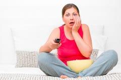 Mädchen mit Fernbedienung vom Fernsehen Stockbild