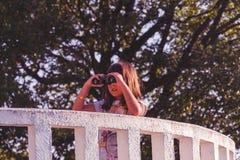 Mädchen mit Ferngläsern auf dem Ausblick Stockbilder